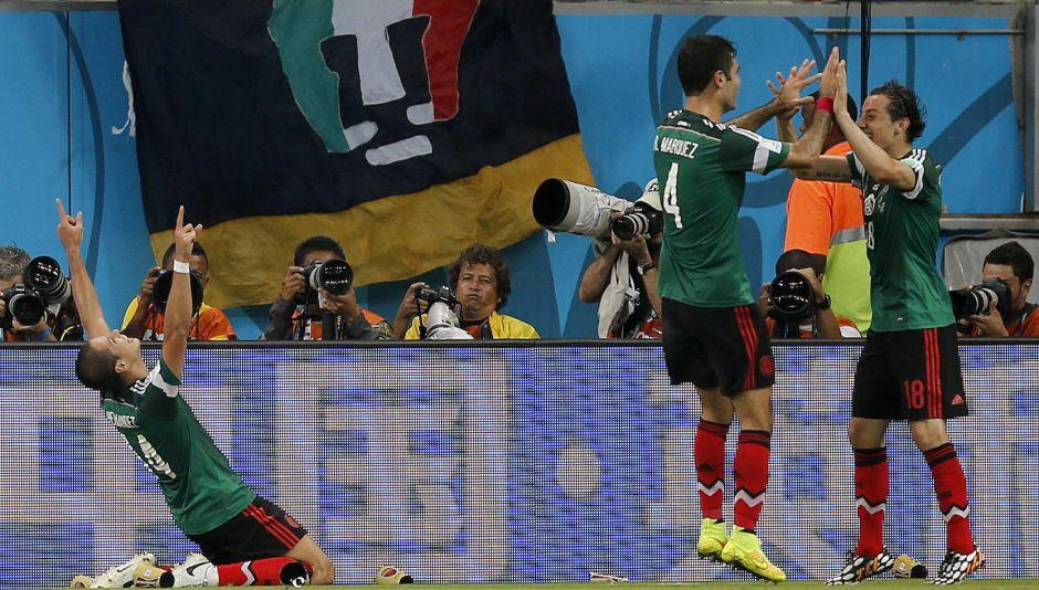 El defensa mexicano Andrés Guardado (d) celebra con su compañero Rafa Márquez (2d) el gol marcado ante Croacia, durante el partido Croacia-México, del Grupo A del Mundial de Fútbol de Brasil 2014, disputado en el Arena Pernambuco de Recife, Brasil, hoy 23 de junio de 2014. EFE/Kai Försterling
