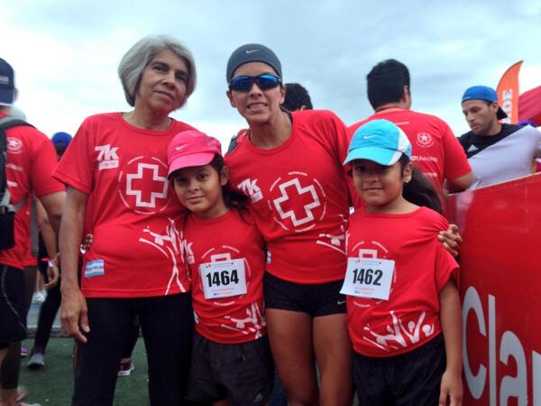 La atleta Ángela Brito junto a su familia. Foto: @angelita_run42