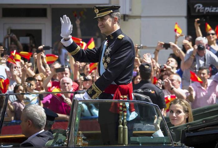 Felipe VI recorre calles