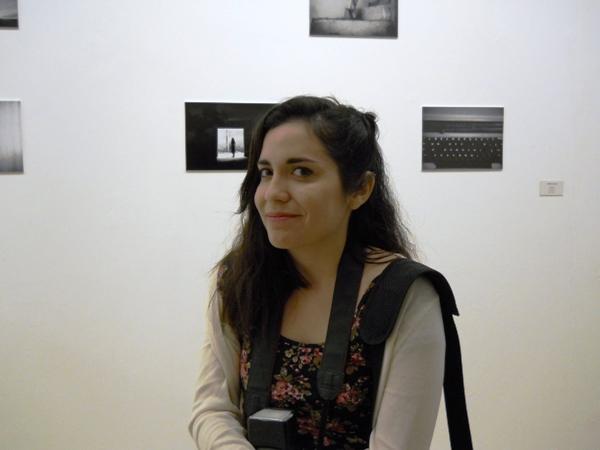 Gianella Silva, con sus fotografías en la pared
