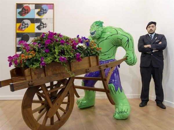 """17/06/2014.- Un guardia de seguridad vigila la obra """"Hulk"""" (2004-2013), del artista estadounidense Jeff Koons, y que representa a la galería Gagosian (Nueva York, Londres, París, Roma, Atenas, Ginebra y Hong Kong), en la Feria Internacional de Arte de Basilea, Suiza, hoy, martes 17 de junio de 2014. EFE/Georgios Kefalas"""