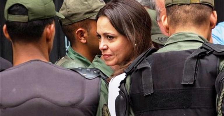 La excongresista opositora venezolana María Corina Machado arriba a la Fiscalía General en Caracas, Venezuela, el lunes 16 de junio de 2014. (AP foto/Ramon Espinosa)
