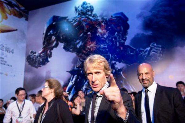"""El director Michael Bay, centro, al llegar al estreno de la película """"Transformers: Age of Extinction"""" en un cine de Beijing, China, en una fotografía del lunes 23 de junio de 2014. (Foto AP/Alexander F. Yuan)"""