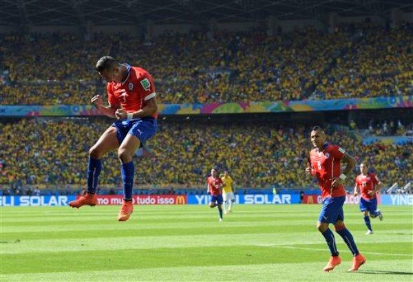 El chileno Alexis Sánchez celebra tras marcar el primer gol de su selección en el partido ante Brasil por los octavos de final del Mundial en Belo Horizonte, Brasil, el sábado 28 de junio de 2014. (AP Foto/Manu Fernandez)