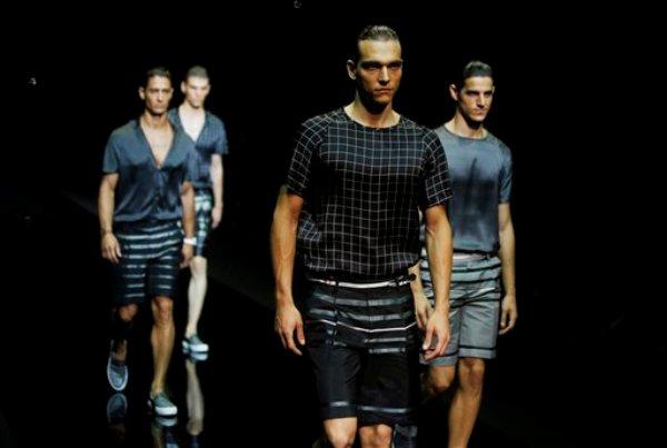Modelos presentan piezas de la colección primavera verano 2015 de Emporio Armani en la Semana de la Moda de Milán en Milán, Italia, el lunes 23 de junio de 2014. (Foto AP/Luca Bruno)