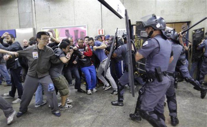 Operadores del metro en huelga se enfrentan a la policía en Sao Paulo, Brasil, el 6 de junio de 2014. (Foto AP/Nelson Antoine)