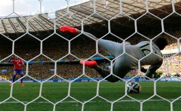 El arquero de Brasil, Julio César, ataja un remate de Alexis Sánchez en una definición por penales contra Chile por los octavos de final del Mundial el sábado, 28 de junio de 2014, en Belo Horizonte.  (AP Photo/Manu Fernandez)