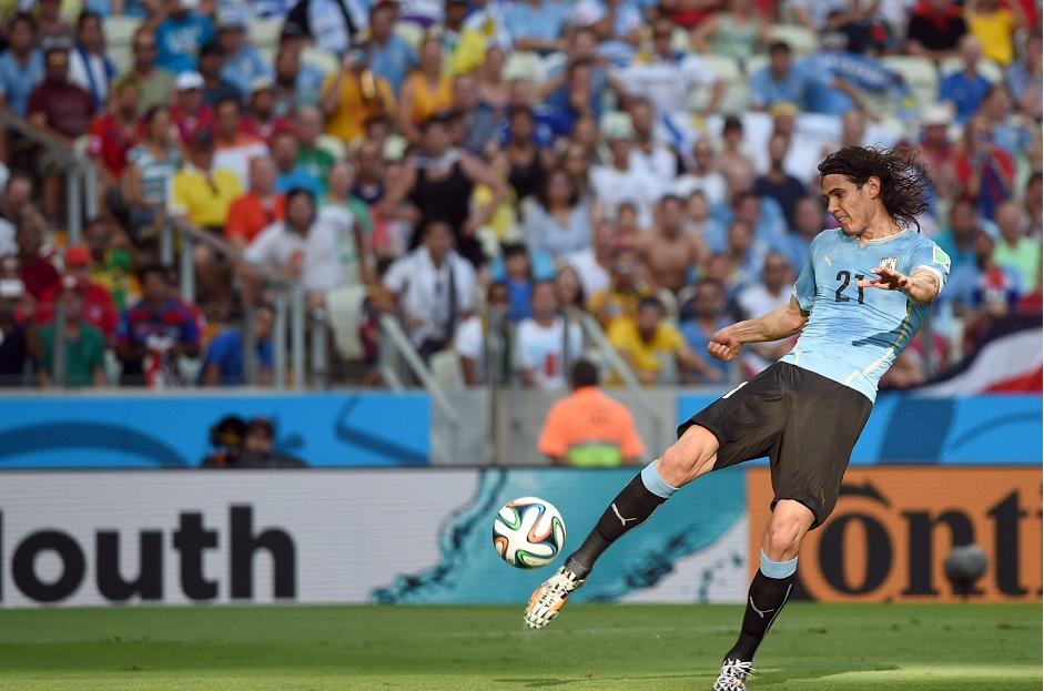 Edinson Cavani, de Uruguay, controla el balón durante el partido del grupo D ronda preliminar entre Uruguay y Costa Rica en el Estadio Castelao en Fortaleza, Brasil, 14 de junio 2014 la Copa Mundial de la FIFA 2014.  EFE / EPA / GEORGI LICOVSKI