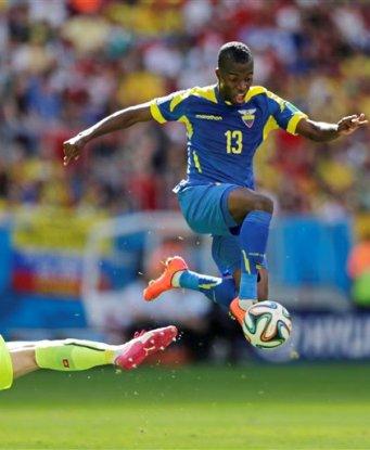 Enner Valencia, de la selección de Ecuador, salta para eludir al arquero suizo Diego Bennaglio en el partido de la Copa del Mundo disputado el domingo 15 de junio de 2014 en Brasilia (AP Foto/Fernando Llano)