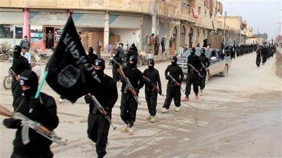 Imagen sin fechar colocada en un sitio de milicianos islámicos el martes 14 de enero muestra a combatientes del grupo Esatdo Islámico de Iral y el Levante, vinculados a al-Qaida marchando en Raqqa, Siria. Un líder de este grupo pidió el domingo a otros grupos que se unan para combatir al gobierno sirio. (Foto de AP/cibersitio de milicianos)