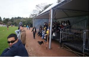 Familiares de los seleccionados observan la practica de la Tri en Vila Ventura.