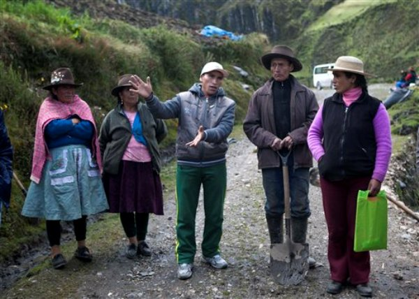 El campesino Enrique Chávez, al centro, se queja de la mina Antamina mientras Virgilio Flores, segundo desde la derecha, y Lidia Zorilla, lo acompañan en la villa de San Antonio de Juprog, Perú, el 16 de mayo de 2013.  (Foto AP/Martin Mejia)
