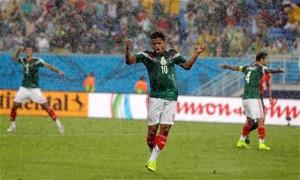 El jugador de México, Giovani Dos Santos, lamenta una decisión del árbitro en un partido contra Camerún por la Copa del Mundo el viernes, 13 de junio de 2014, en Natal, Brasil. (AP Photo/Ricardo Mazalan)