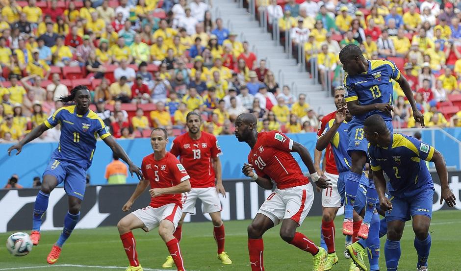 Brasilia (Brazil), 15/06/2014.- Enner Valencia mete el primer gol a Suiza. EFE/EPA/ROBERT GHEMENT