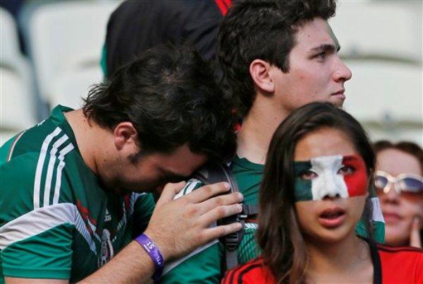 Aficionados mexicanos lamentan la derrota ante Holanda, en un partido de octavos de final de la Copa del Mundo, en Fortaleza, Brasil, el domingo 29 de junio de 2014 (AP Foto/Wong Maye-E)