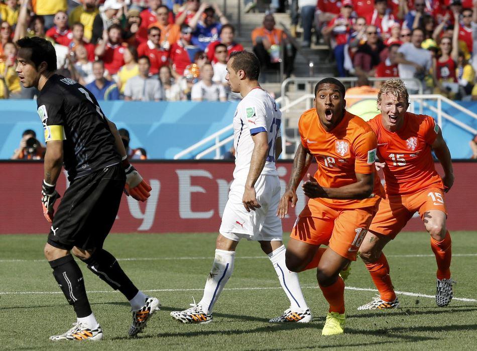 Leroy Fer (2-R) de Holanda celebra después de anotar el gol del 1-0 en el grupo B ronda preliminar entre los Países Bajos y Chile a los Corintios Arena en Sao Paulo, Brasil, 23 de junio 2014 Mundial de la FIFA 2014.  EFE / EPA / TOLGA Bozoglu
