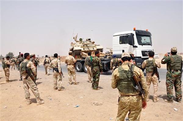 Fuerzas de seguridad kurdas desplegadas en las afueras de ciudad petrolera de Kirkuk, 290 kilÛmetros (180 millas) al norte de Bagdad, Irak, el jueves 12 de junio del 2014.  El grupo inspirado en al-Qaida que capturÛ dos ciudades clave controladas por los sunÌes esta semana prometiÛ el jueves llegar a Bagdad, lo que ha provocado dudas sobre la capacidad del gobierno de mayorpia chiÌ de hacer frente a los insurgentes. (Foto AP/Emad Matti)
