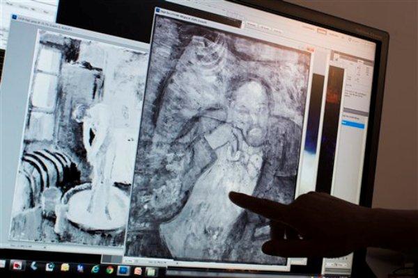 """Patricia Favero, conservadora de The Phillips Collection, señala a la imagen de un hombre hallada bajo una de las primeras obras maestras de Picasso, """"La habitación azul"""", el 10 de junio de 2014. (AP Photo/ Evan Vucci)"""