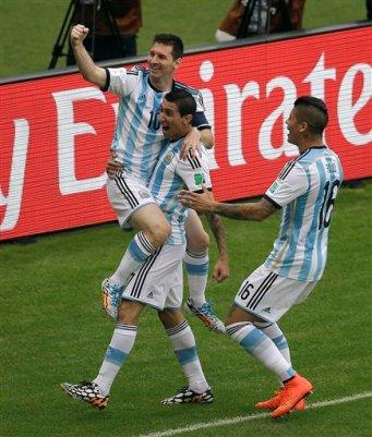 El delantero de Argentina Lionel Messi es levantado por Angel Dí María tras anotar un gol en el partido ante Nigeria por el Grupo F del Mundial en Porto Alegre, Brasil, el miércoles 25 de junio de 2014. (AP Foto/Michael Sohn)