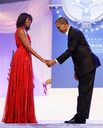21 de enero del 2013, Michelle Obama, en un vestido rojo de Jason Wu gown, durante el Baile de Juramentación en el Centro de Convenciones de Washington. (AP Foto/Charles Dharapak, Archivo)