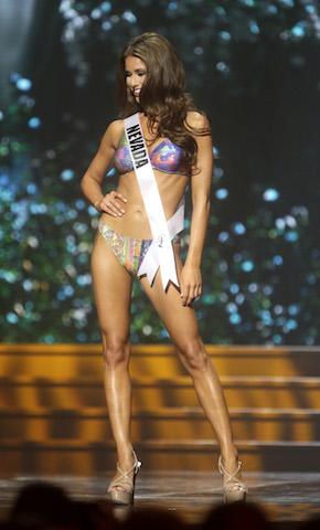 Miss Nevada Nia Sanchez participa en la competencia de traje de baño. (Foto AP/Gerald Herbert)