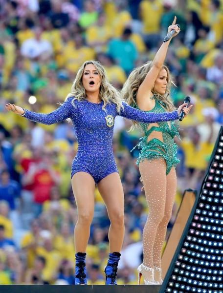 Las cantantes Claudia Leitte y Jennifer López. EFE/EPA/DIEGO AZUBEL