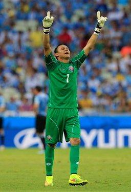 El arquero de Costa Rica, Keylor Navas, festeja un triunfo 3-1 sobre Uruguay en el Mundial el sábado, 14 de junio de 2014, en Fortaleza, Brasil. (AP Photo/Bernat Armangue)