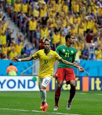 Neymar corre junto a Joel Maip después de anotar el primer gol de Brasil frente a Camerún en un partido de la Copa del Mundo realizado el lunes 23 de junio de 2014, en Brasilia (AP Foto/Natacha Pisarenko)