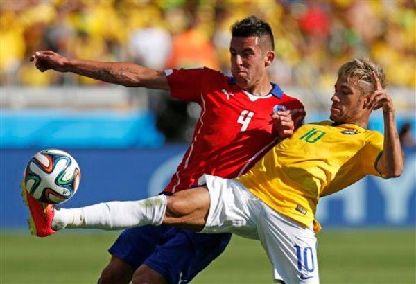 El jugador de Brasil, Neymar, derecha, disputa un balón con el jugador de Chile, Mauricio Isla, en un partido por los octavos de final del Mundial el sábado, 28 de junio de 2014, en Belo Horizonte. (AP Photo/Frank Augstein)