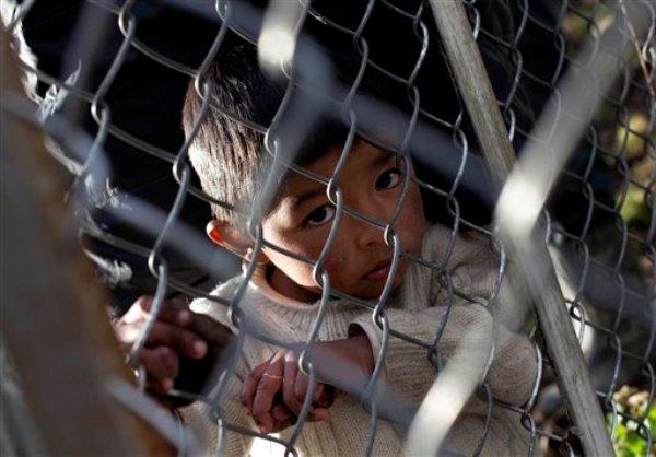 Wilmer Huaman, hijo de una familia de campesinos, observa hacia la mina Antamina en San Marcos, Perú, sobre una propiedad que está en disputa, el 14 de mayo de 2013. (Foto AP/Martín Mejía)