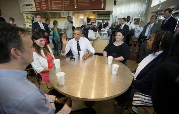 Obama compartiendo en Chipotle con varios ciudadanos. Foto: AP