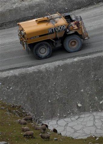 Un camión de combustible pasa cerca de unas ovejas cerca de la mina Antamina en San Marcos, Perú,. (Foto AP/Martín Mejía)