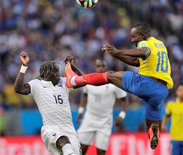 El ecuatoriano Walter Ayoví patea un balón frente el francés Bacary Sagna en el partido por el Grupo E del Mundial en Río de Janeiro, Brasil, el miércoles 25 de junio de 2014. (AP Foto/Bernat Armangue)