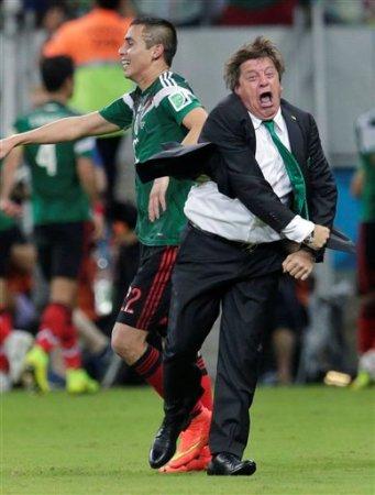 El técnico mexicano Miguel Herrera celebra luego de que Andrés Guardado hizo el segundo gol frente a Croacia en el partido del Mundial realizado el lunes 23 de junio de 2014, en Recife, Brasil (AP Foto/Petr David Josek)