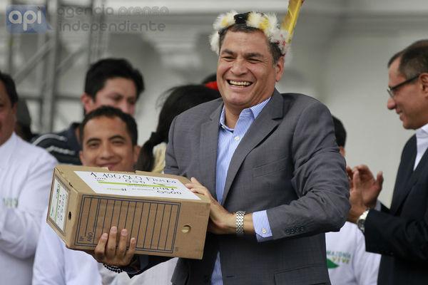 QUITO 05 DE JUNIO DEL 2014. Marcha en favor de la exploatacion del yasuni fue recivida en la plaza grande por el presidente de la republica Rafael Correa. FOTOS API.