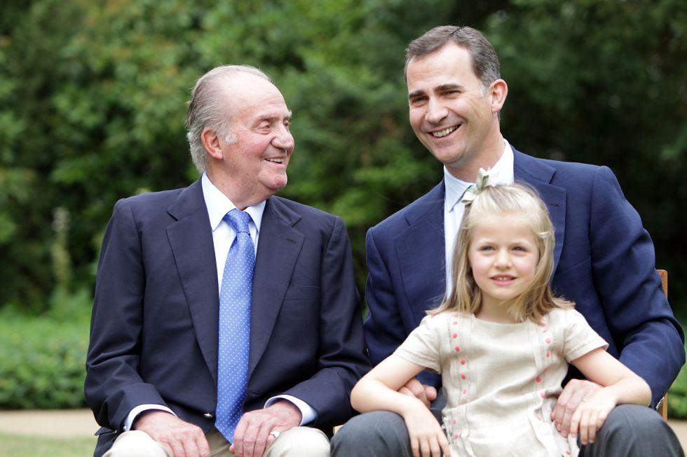 El rey Juan Carlos, el ya rey Felipe VI, y la ahora príncesa de Asturias, Leonor.