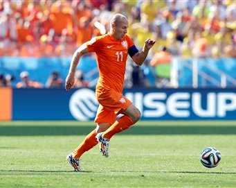 El jugador de Holanda, Arjen Robben, derecha, corre tras el balón en un partido contra Chile en el Mundial el lunes, 23 de junio de 2014, en Sao Paulo. (AP Photo/Kirsty Wigglesworth)