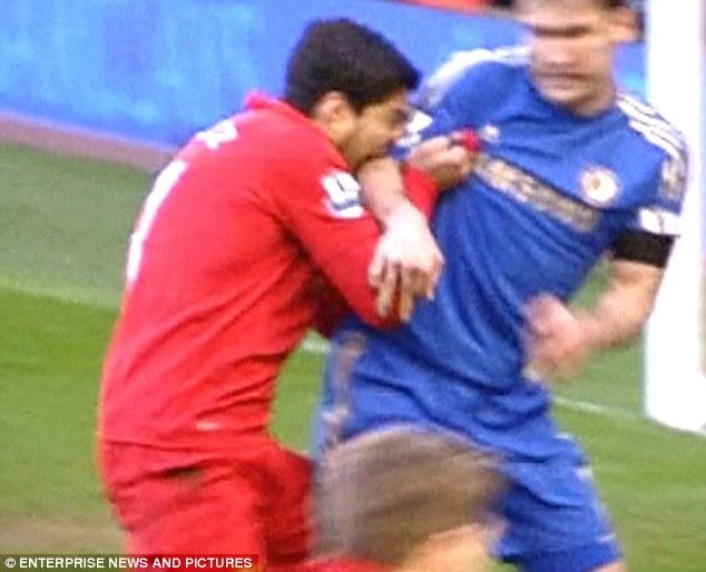 No es la primera vez que Suarez muerde a un rival.
