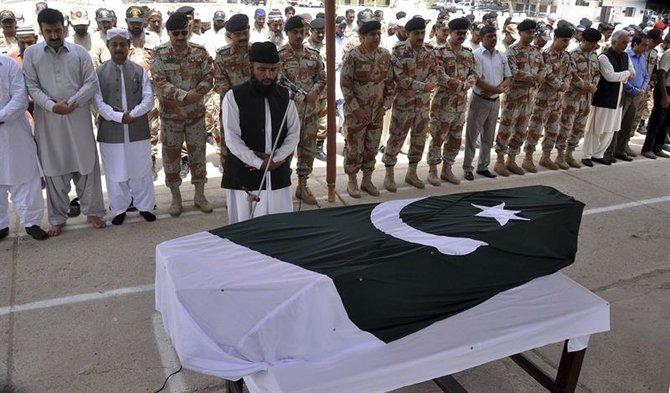 Miembros de las Fuerzas de Seguridad y familiares asisten al entierro de uno de los compañeros que han perdido la vida den el ataque suicida de un comando talibán contra el aeropuerto de Karachi (Pakistán) hoy, lunes 9 de junio de 2014. Las fuerzas de seguridad paquistaníes han puesto fin cerca del mediodía al ataque suicida lanzado por un comando talibán contra el aeropuerto de Karachi, el mayor del país, con un resultado de 30 muertos, entre ellos los 13 asaltantes. EFE/Shahzaib Akber