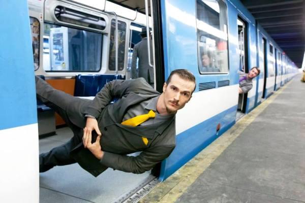 Acróbatas del Cirque Éloize hacen del metro de París su propio circo