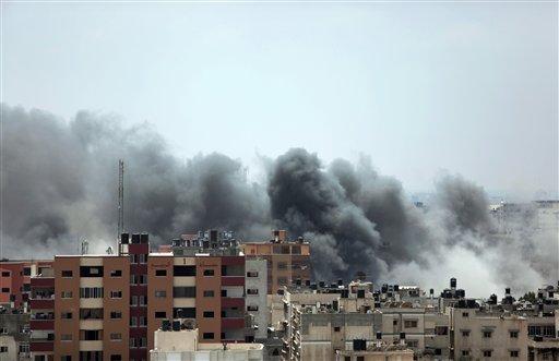 Columnas de humo se levantan tras el impacto de un misil israelí en la Ciudad de Gaza el 21 de julio del 2014. (AP Foto/Khalil Hamra)