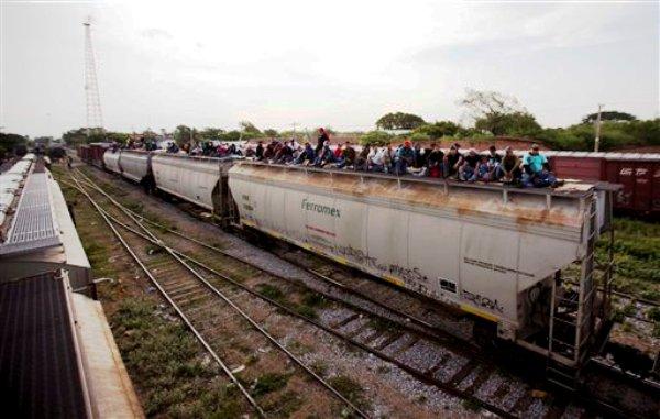 En esta iamgen de archivo del 12 de julio de 2014, inmigrantes centroamericanos sobre un tren de mercancías durante su viaje hacia la frontera entre México y Estados Unidos en Ixtepec, México.  (AP Photo/Eduardo Verdugo)