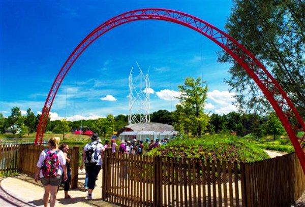 En esta foto del 1 de julio del 2014 proporcionada por el Parque El Principito, visitantes llegan al parque en Ungersheim, en la región de Alsace en el este de Francia, en su día de apertura. (AP Foto/Parque El Principito, Michel Caumes)