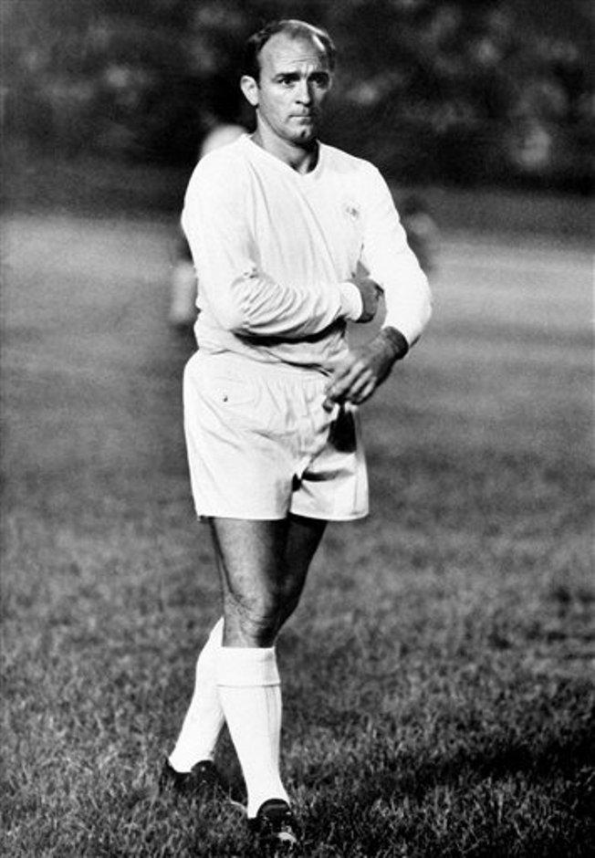 Alfredo Di Stéfano aparece en una cancha de fútbol en un partido el 25 de agosto de 1963 en Caracas, Venezuela. El ex jugador del Real Madrid falleció el lunes 7 de julio de 2014. (AP Foto, archivo)