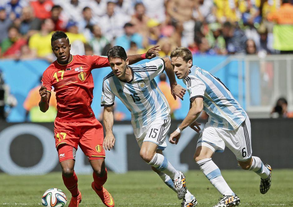 Lucas Biglia y Martin Demichelis de Argentina disputan un balón con Origi de Bélgica durante el partido de cuartos de final disputado en el Estadio Nacional en Brasilia, Brasil, 05 Julio 2014. EFE/EPA/DENNIS SABANGAN