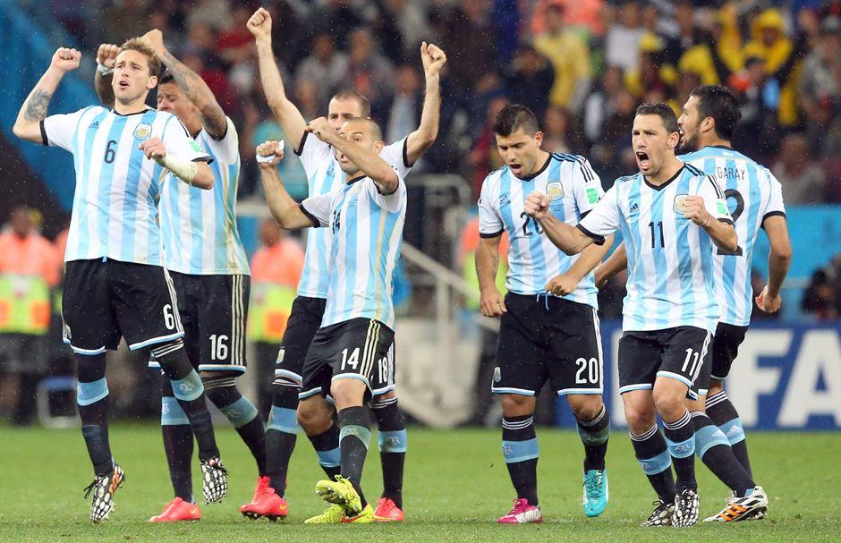 Jugadores de la selección de Argentina celebran el triunfo de su equipo en los penales frente a Holanda. EFE/EPA/SRDJAN SUKI