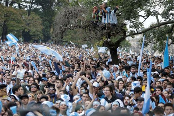 Un mar de hinchas argentinos antes de la final entre las selecciones de su país y Alemania, congregados frente a una pantalla gigante al aire libre en Buenos Aires, Argentina, el domingo 13 de julio del 2014. (Foto AP/Jorge Saenz)