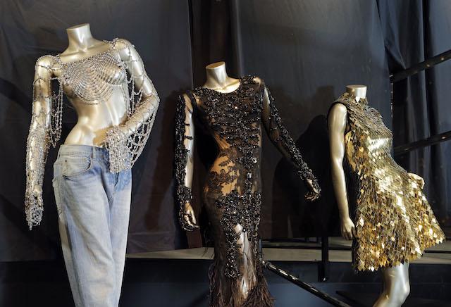 """Atuendos de Beyonce para """"Dangerously in Love"""" de 2003, la Gala del Met de 2012 y """"Run the World (Girls)"""" en 2011, de izquierda a derecha. (AP Foto/Mark Duncan)"""