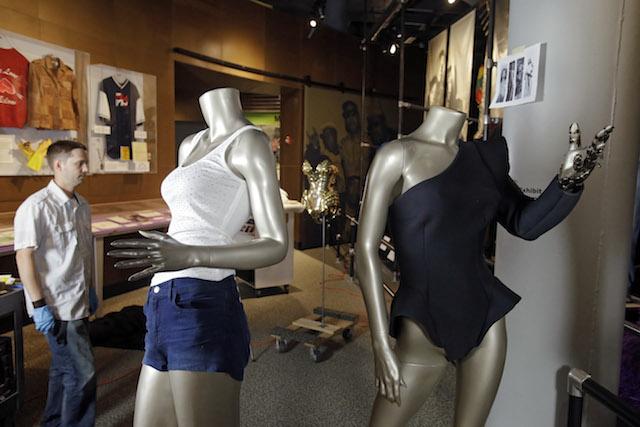 El diseñador de exhibiciones John Sloboda, a la izquierda, durante la instalación de La exposición de Beyonce. (AP Foto/Mark Duncan)
