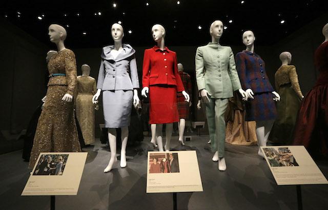 """Algunos trajes en la exposición retrospectiva """"Oscar de la Renta: Cinco décadas de estilo"""". (AP Foto/LM Otero)"""